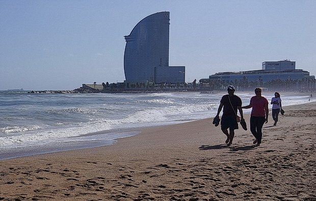 In photos: Barcelona Beach in the last days of summer, Spain