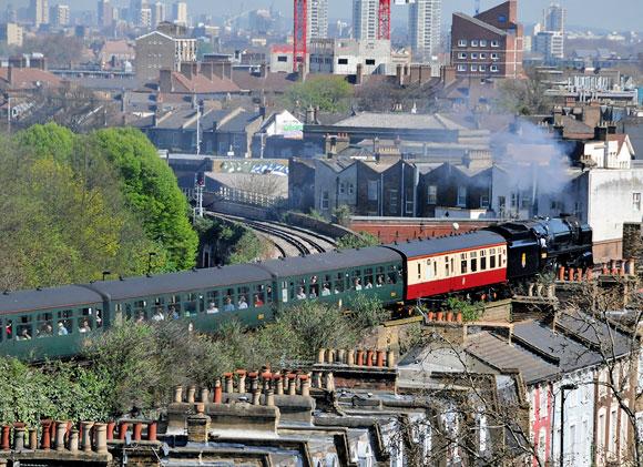 BR 70000 Britannia loco thunders through Brixton | urban75 blog