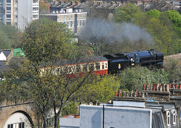 BR 70000 Britannia loco thunders through Brixton | urban75 blog