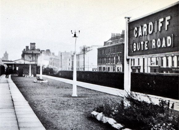 Cardiff Bay railway station quietly rots away...