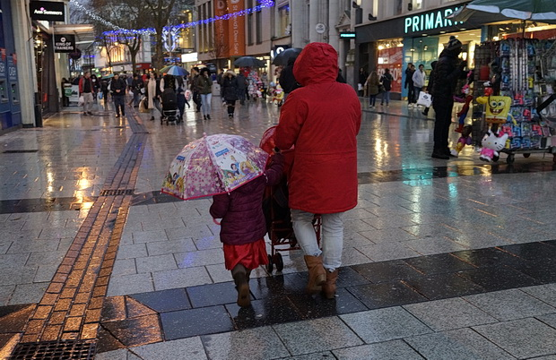 Street scenes, rain, sales and street performers, Cardiff photos, December 2015