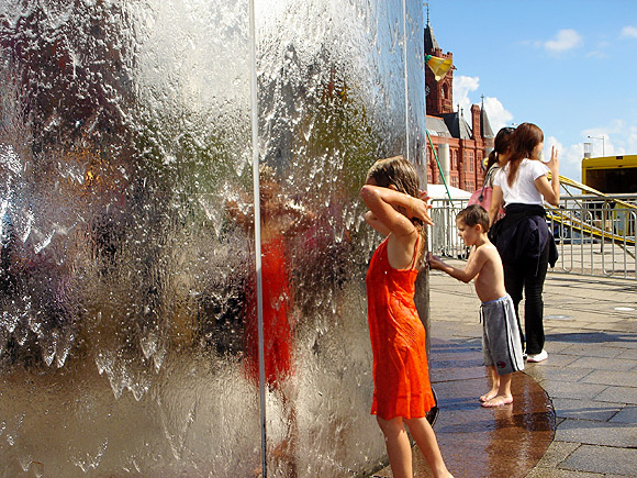 Cooling off in Cardiff Bay - photo feature