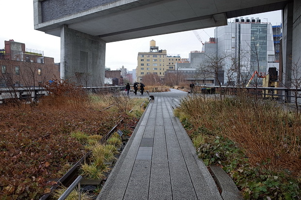 A walk along the High Line public park, Manhattan, New York, USA