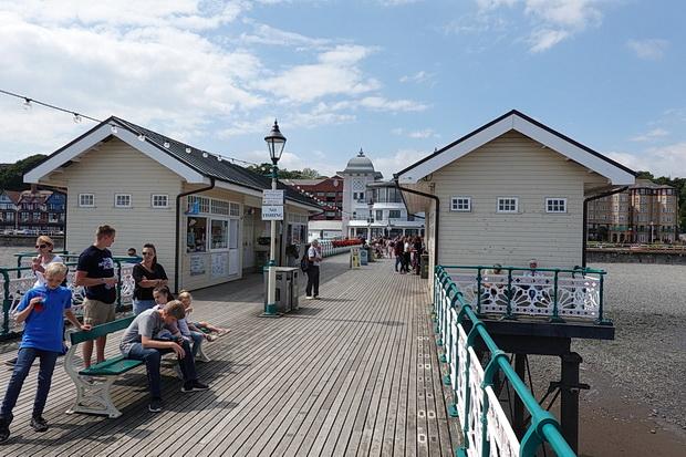 Penarth promenade and pier in photos - South Wales photos