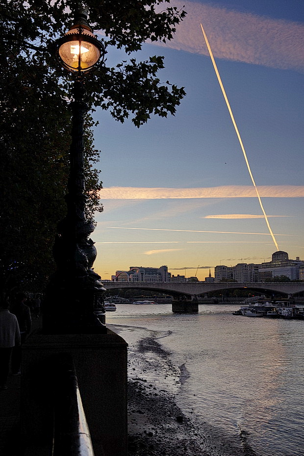 Jet trails, blue skies, skyscrapers and glass lamps: South Bank at sunset, autumn 2018