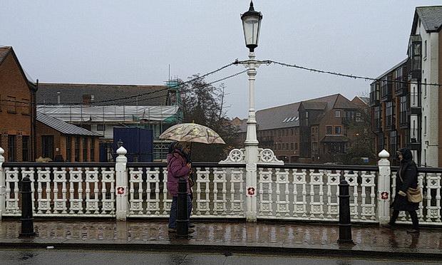 Tonbridge in the rain: umbrellas, street views and an abandoned shopping trolley, Jan 2016, Kent