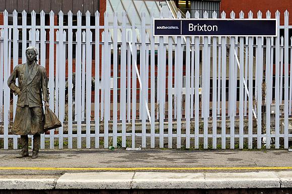 human-statues-brixton-railway-station-02