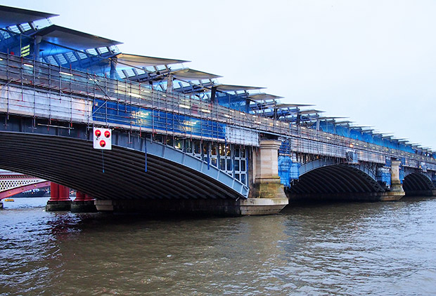 London Blackfriars Railway Bridge - the world's largest solar-powered bridge