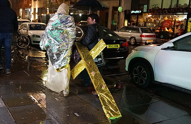 London pics: Christmas lights, rain, Pixel 3 and a bloke dragging a golden cross, Dec 2018