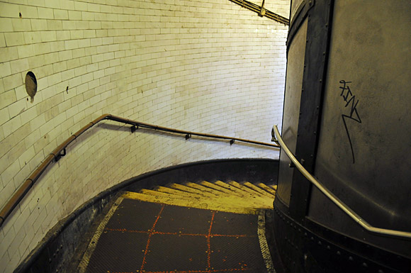 Greenwich foot tunnel, photos of the pedestrian tunnel crossing beneath the River Thames in East London, linking Greenwich  and the Isle of Dogs, London